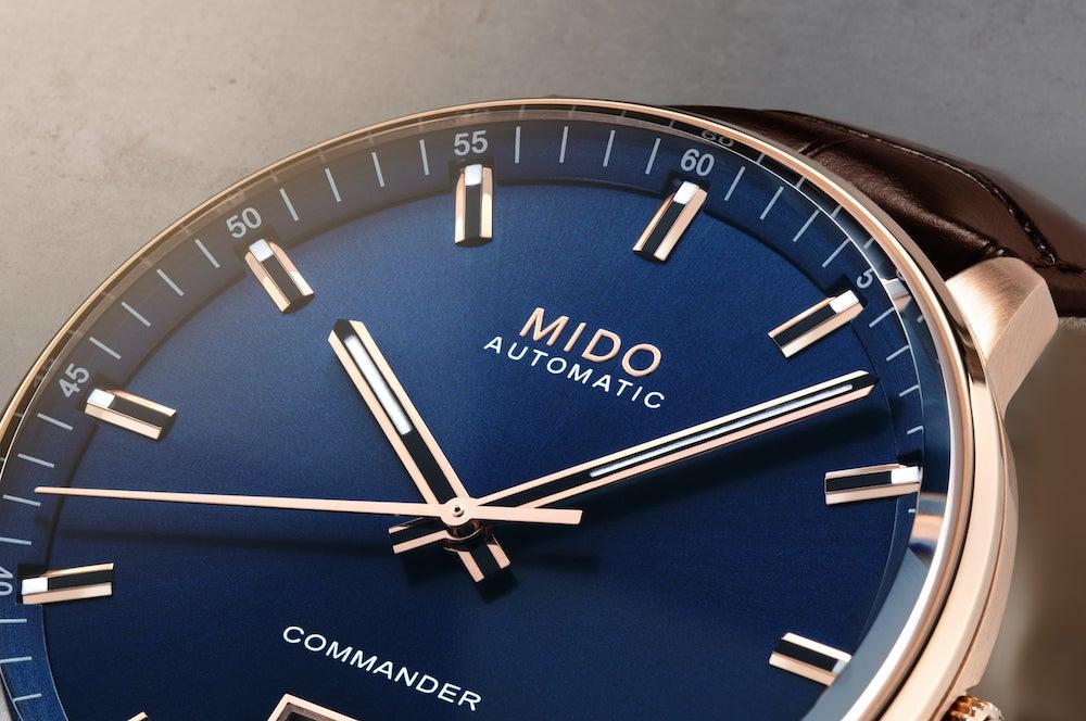 MIDO COMMANDER BIG DATE M021 626 36 041 00Close up1 min